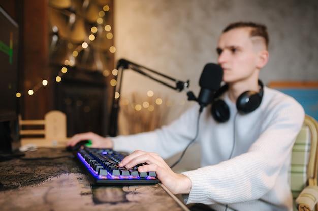 Streamer cyber che esegue videogiochi spaziali su un potente pc parlando con i giocatori in chat utilizzando