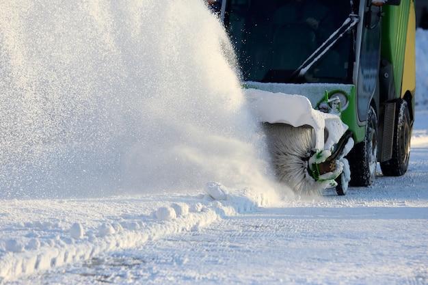 Pulizia delle strade della città dalla neve con l'ausilio di macchinari speciali