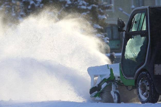 Pulizia stradale della città dalla neve con l'ausilio di macchinari speciali