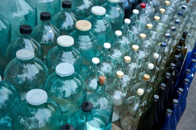Bancone stradale per l'accoglienza e la vendita di bottiglie in vetro.