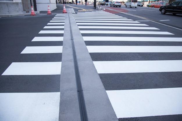 Sulla strada un passaggio pedonale a shinjuku, in giappone