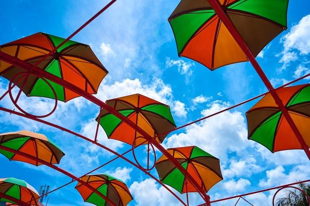 Arredamento da strada di piccoli ombrelli contro il cielo.