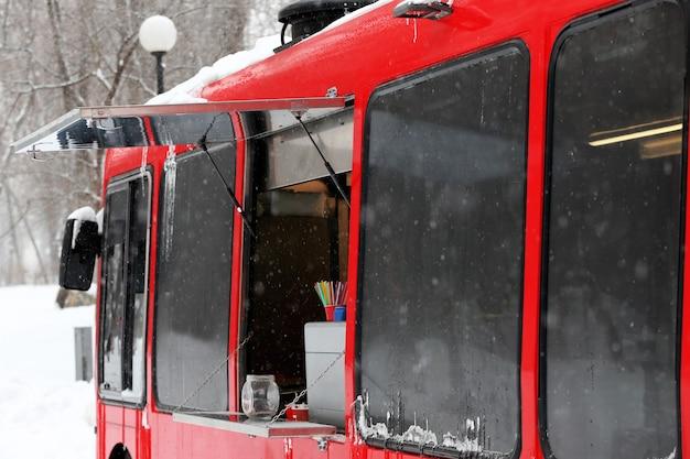 Fast food di strada su ruote in inverno