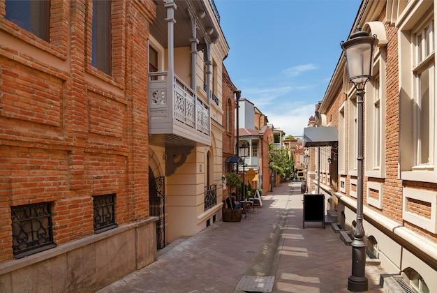 Street in georgia tbilisi ai lati di una casa di mattoni. via georgia tbilisi.