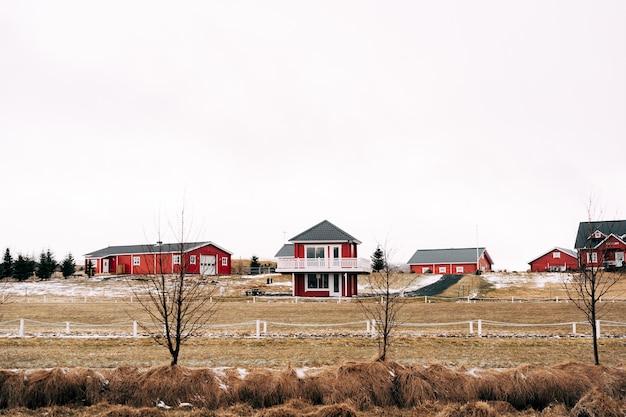 Una strada in islanda con case rosse, hotel e cottage