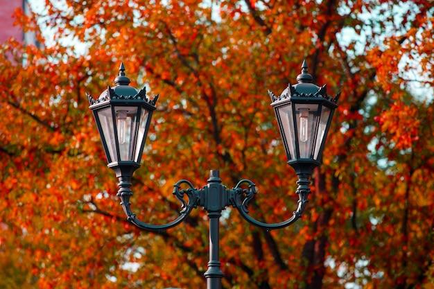 Lampione stradale contro il cielo blu