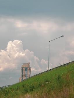 Lampione stradale contro il cielo drammatico. vista dal basso.