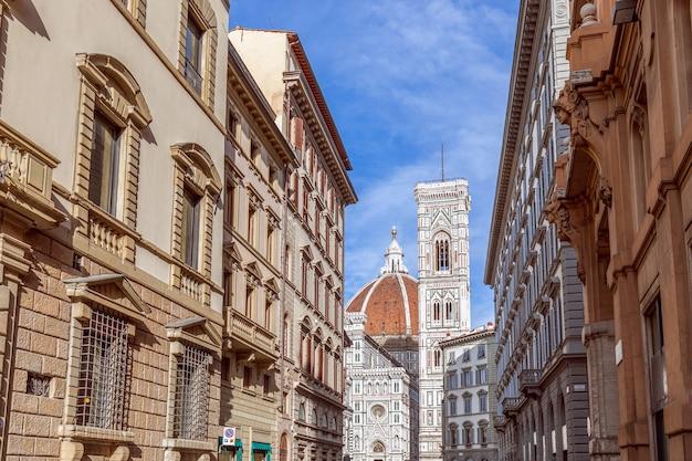 La strada che conduce al duomo di firenze cattedrale di santa maria del fiore. firenze, italia