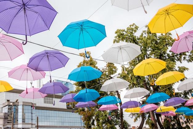 La strada di una città moderna è decorata con ombrelloni colorati_