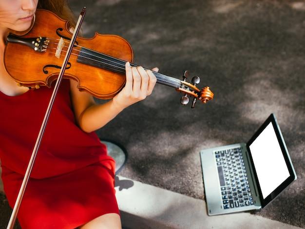 Esibizione del musicista di strada. stile di vita degli studenti di arte musicale. fare soldi hobby concept