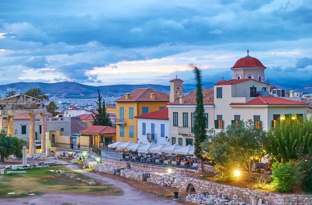 Via della città vecchia di atene e dell'agorà romana al crepuscolo, grecia