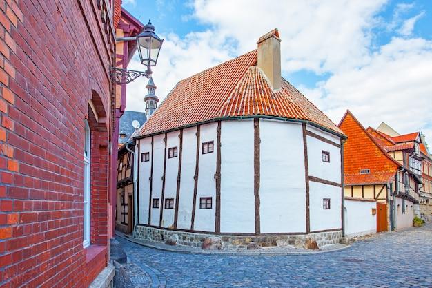 Strada e la più antica casa di legno in germania (xiv secolo), quedlinburg