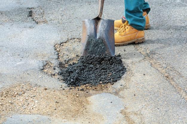 Riemersione di strada. costruzione di asfalto fresco. cattiva strada