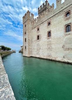 Via del castello scaligero a sirmione sul lago di garda in italia in estate