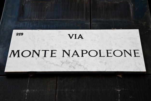 Segnale stradale del famoso punto interessante nel centro di milano - italy