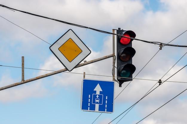 Segnali stradali in città contro il cielo.