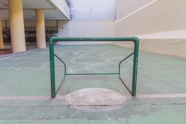 Obiettivo di calcio di strada in un tribunale di rio de janeiro, brasile.
