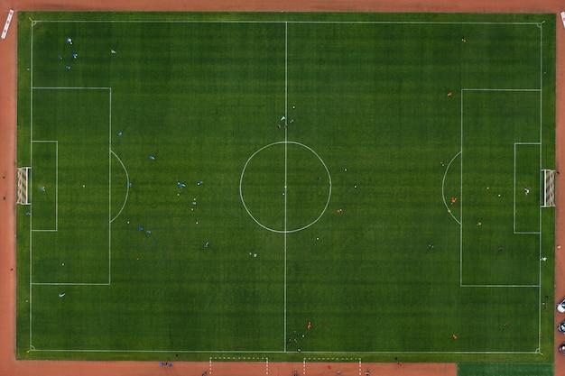Campo sportivo di strada con campo da calcio. riprese dal drone dall'alto