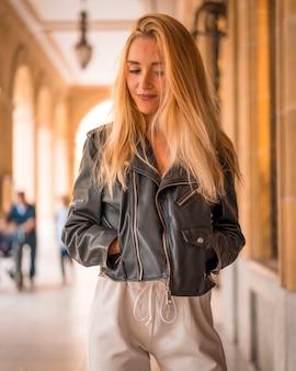 Street style, bella giovane bionda con giacca di pelle