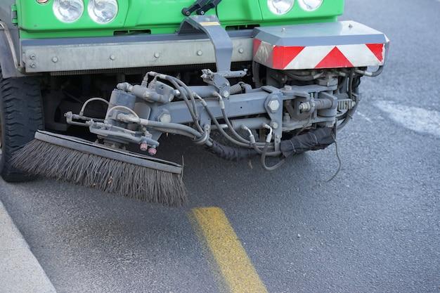Macchina spazzatrice funzionante. macchina per la pulizia delle strade.