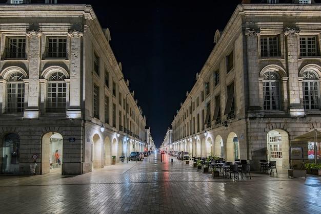 Strada che termina a piazza martroi