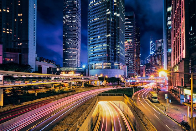 Traffico di strada a hong kong di notte