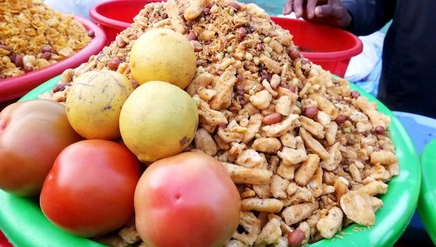 Un venditore ambulante che vende un famoso snack croccante - churmura e namkeen bhujia