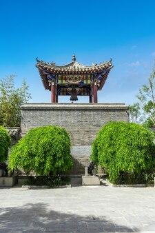 Vista sulla strada dell'antica architettura cinese, mura della città, torre del castello