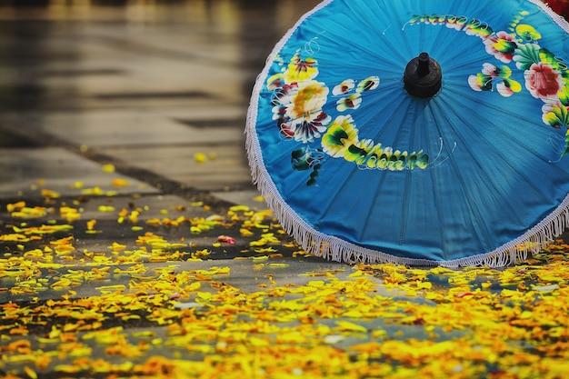 Street view nella città di chiang mai in una giornata piovosa