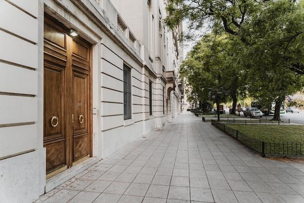 Vista sulla strada della città con alberi e porte