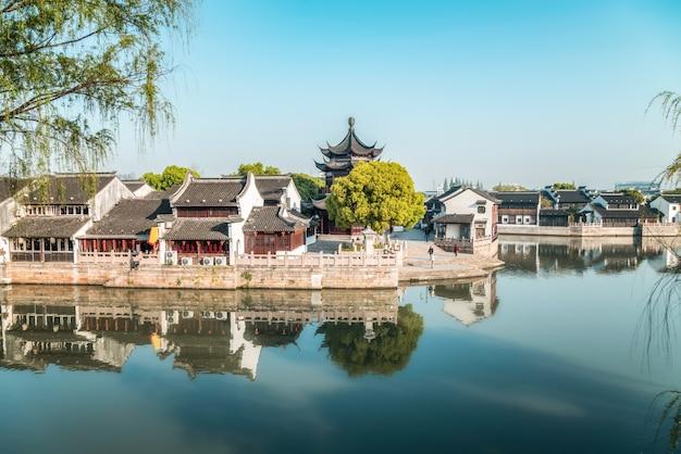 Vista sulla strada di vecchi edifici nella città antica di suzhou