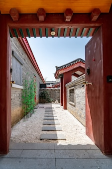 Street view di siheyuan hutong nella vecchia pechino
