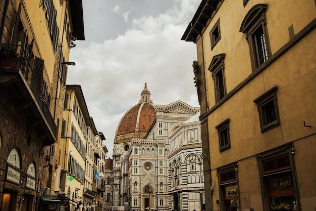 Street view con la cattedrale di santa maria del fiore a firenze, italia.