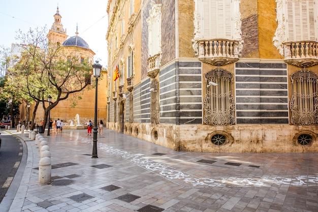 Vista sulla strada con la chiesa di san juan e il museo della ceramica e delle arti decorative nella città di valencia, spagna