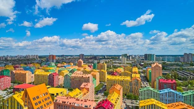 Strada con case colorate e bellissimo design degli interni a kiev, ucraina. aerea. città di conforto.