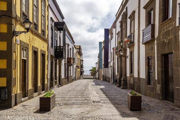 Strada con case antiche, pittoresche e affascinanti dai colori vivaci nella città di las palmas de gran canaria. isole canarie. spagna. europa.