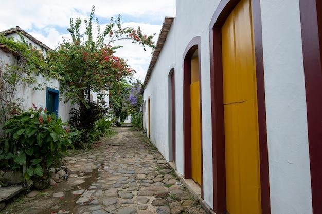 Strade e case del centro storico di paraty, rio de janeiro, brasile. paraty è una città coloniale elencata dall'unesco.