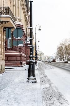 Strade dell'inverno pietroburgo, panorami della città e splendidi edifici storici con la neve