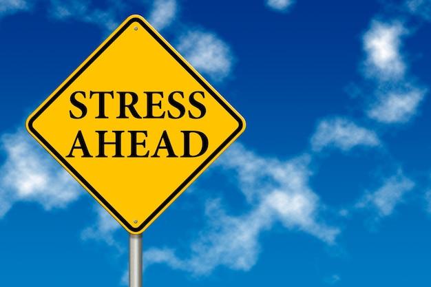 Segnale stradale di stress avanti su uno sfondo di cielo