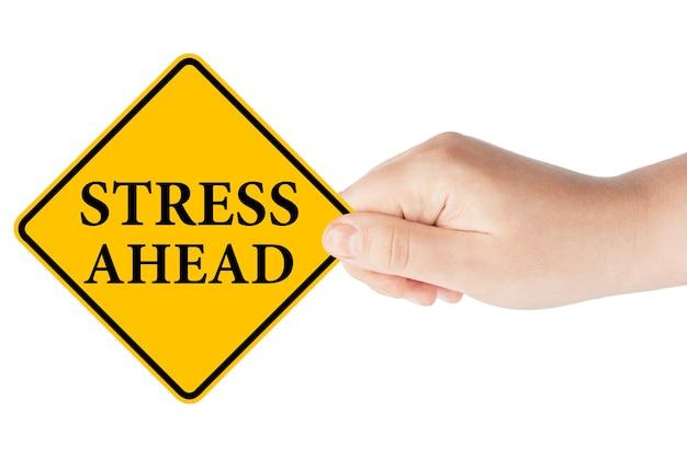 Segnale stradale di stress avanti in mano di donna su sfondo bianco