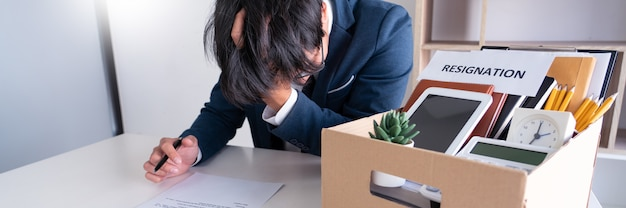 Uomo d'affari stress con lettera di dimissioni