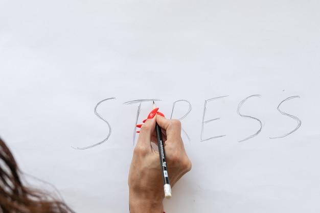 Concetto di stress. stress di parola scritta su carta bianca con matita rotta nera.