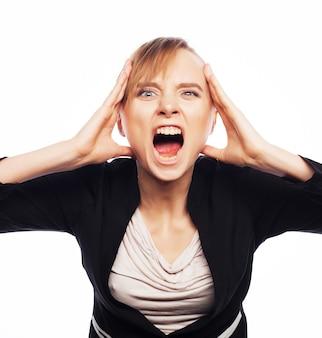 Sforzo e affaticamento: donna di affari di grido arrabbiata isolato su bianco.