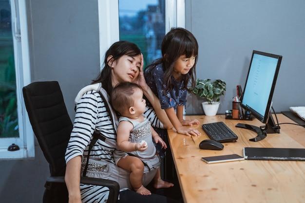 Lo stress della madre mentre si lavora da casa