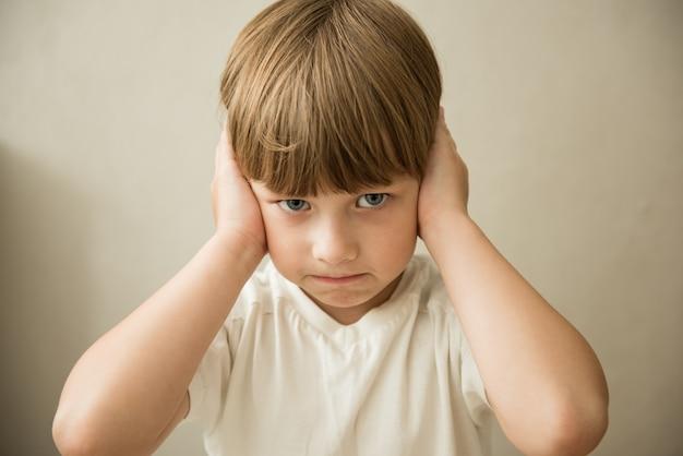Stress e rumore il ragazzino chiuse le orecchie