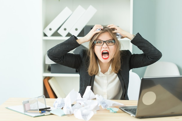 Stress, ufficio, isterico, concetto di persone - donna aggressiva con molto lavoro in ufficio ride a causa dell'isterica.