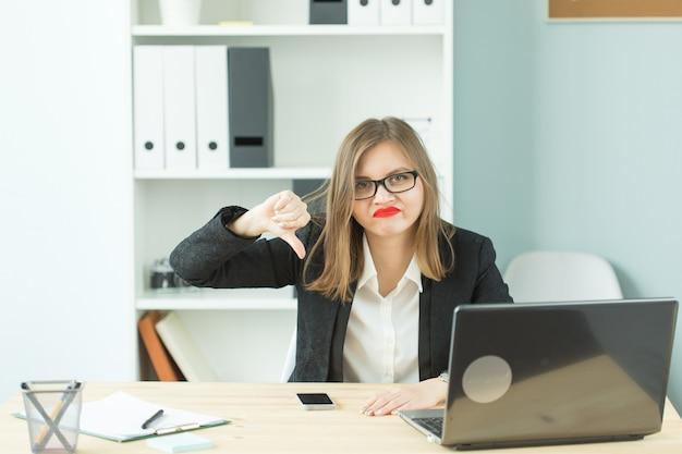 Stress, ufficio, isterico, concetto di persone - donna aggressiva con molto lavoro in ufficio