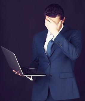 Uomo d'affari stressato che copre il viso con la mano Foto Premium