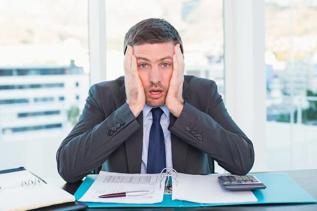 Stressato uomo d'affari con la testa nelle mani