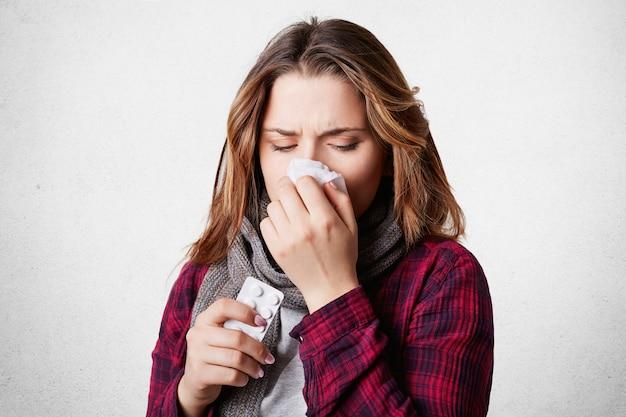 La donna malata stressata soffre di naso che cola